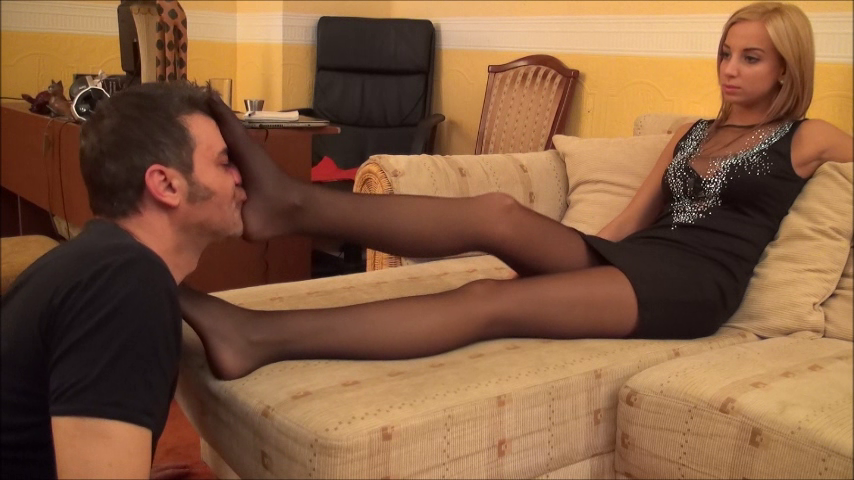 ROBERTA – Foot Worship and Domination In Elegant Pantyhose PART1