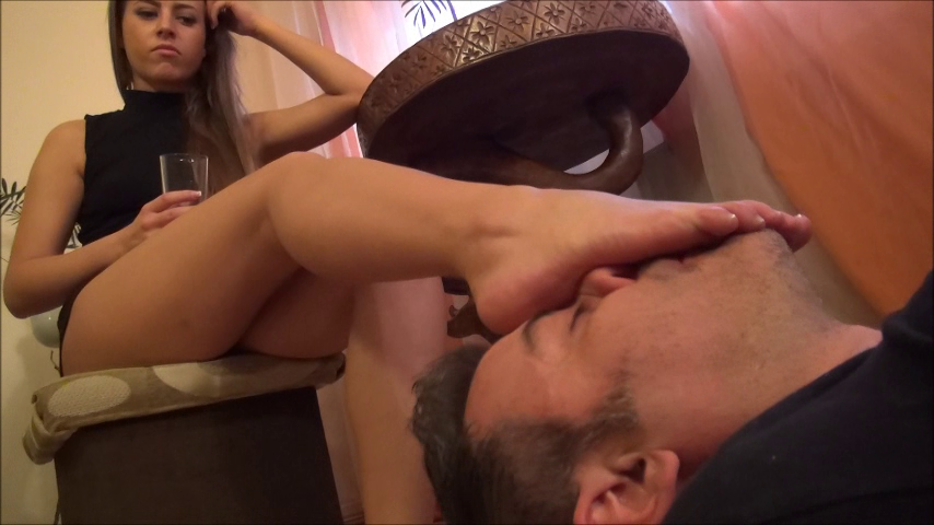 ELIZABETH – Masage My Feet With Your Tongue!