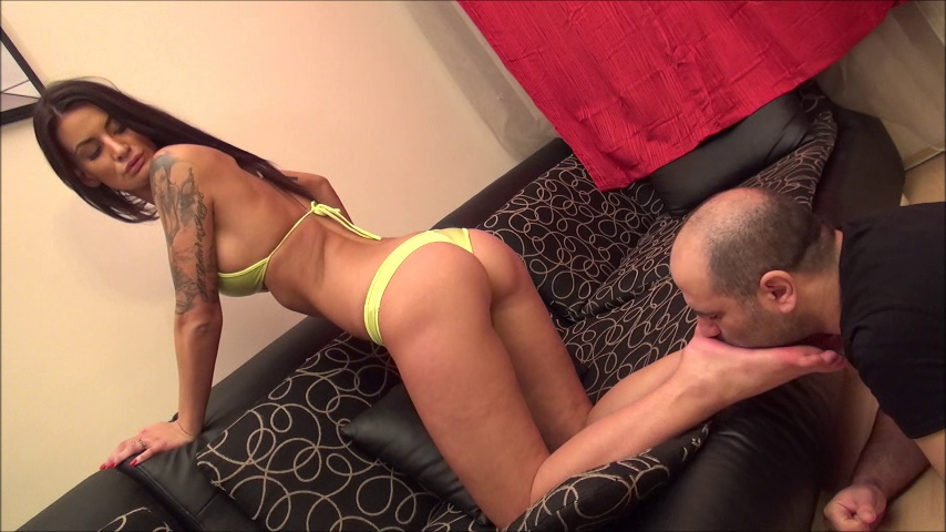 FRANCESCA – Foot Worship In Bikini